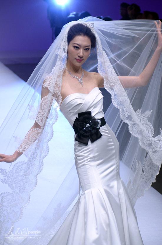 模特展示婚纱设计作品.人民网记者 赵纲 摄