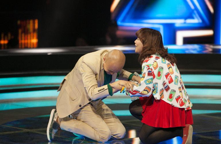 乐嘉向女选手下跪引发争议 网友:这是在拜堂吗