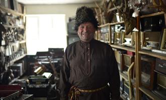 亚历山大·扎佐林(俄罗斯族)拉起手风琴 唱出中华情