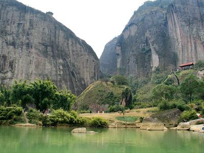武夷山位於福建省武夷山脉北段东南麓,面积70平方公里.