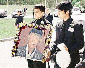 视频:成龙父亲葬礼现场 深情追忆父亲养儿辛苦