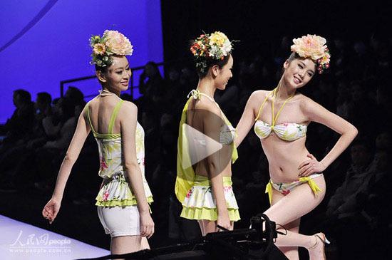 比基尼 女孩 曼妙身材/相关视频:泳装流行趋势在京发布 比基尼女孩甜美可人